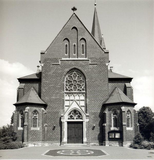 ein-13-Kirche-Vorplatz-1995